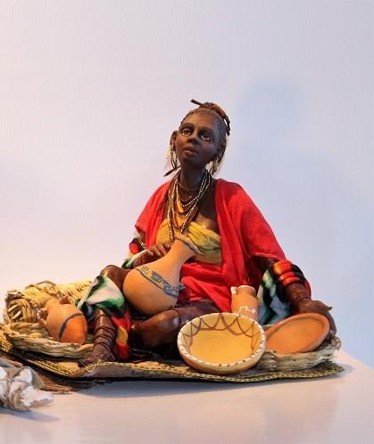 Schwarze Frau sitzend mit Töpfen Super von ANGELA TRIPI